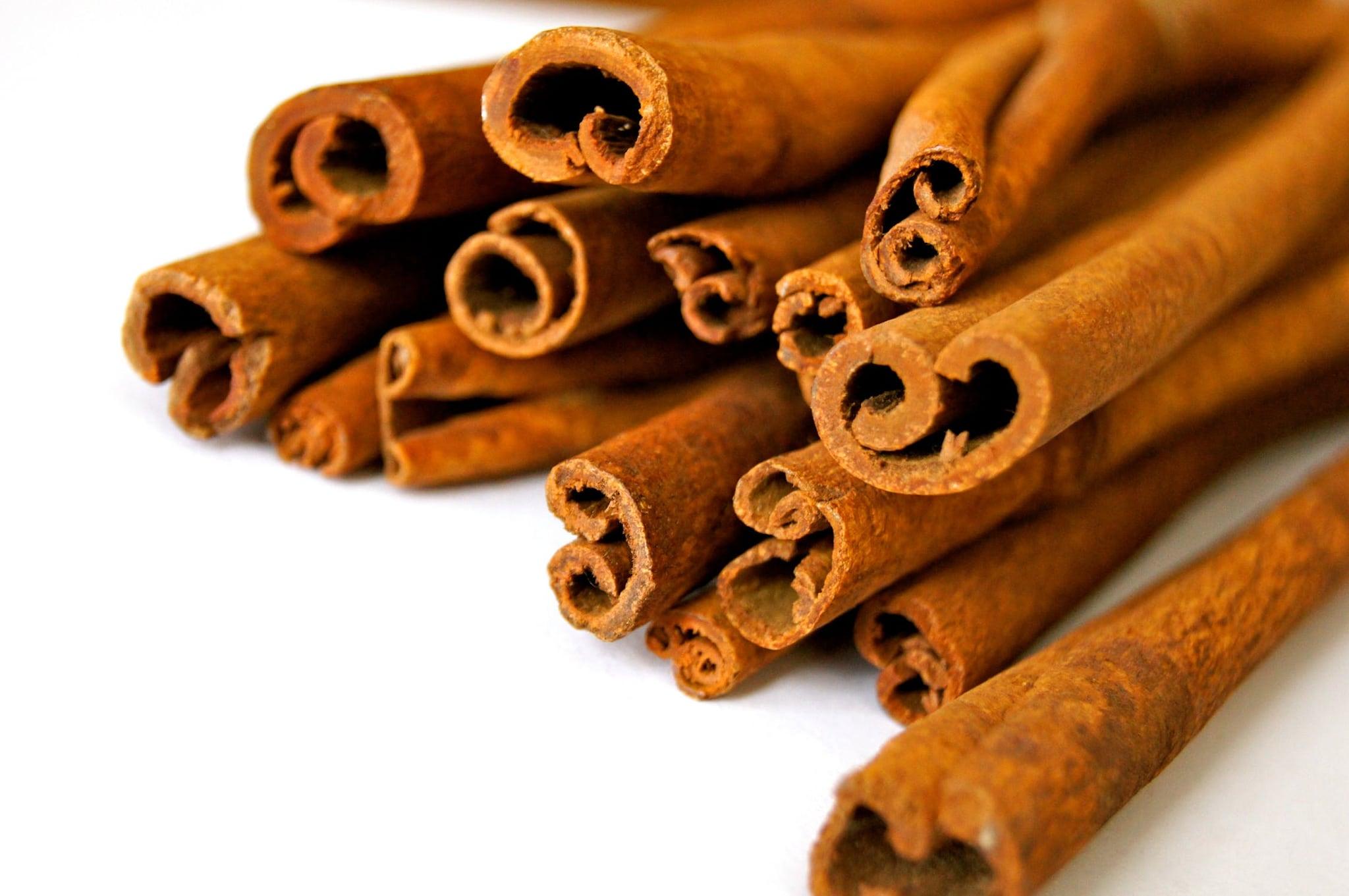 2. Cinnamon : దాల్చిన చెక్కతో చాలా ఆరోగ్య ప్రయోజనాలున్నాయి. ఇది PCODకి చాలా మంచిది. అలాగే బరువు తగ్గేందుకు, డయాబెటిస్ తగ్గేందుకు, గుండె జబ్బులు రాకుండా ఉండేందుకు ఇలా చాలా లాభాలున్నాయి. భోజనం తర్వాత రక్తంలో కలిసే గ్లూకోజ్ లెవెల్స్ని కంట్రోల్ చెయ్యడంలో దాల్చిన చెక్క బాగా ఉపయోగపడుతుంది.