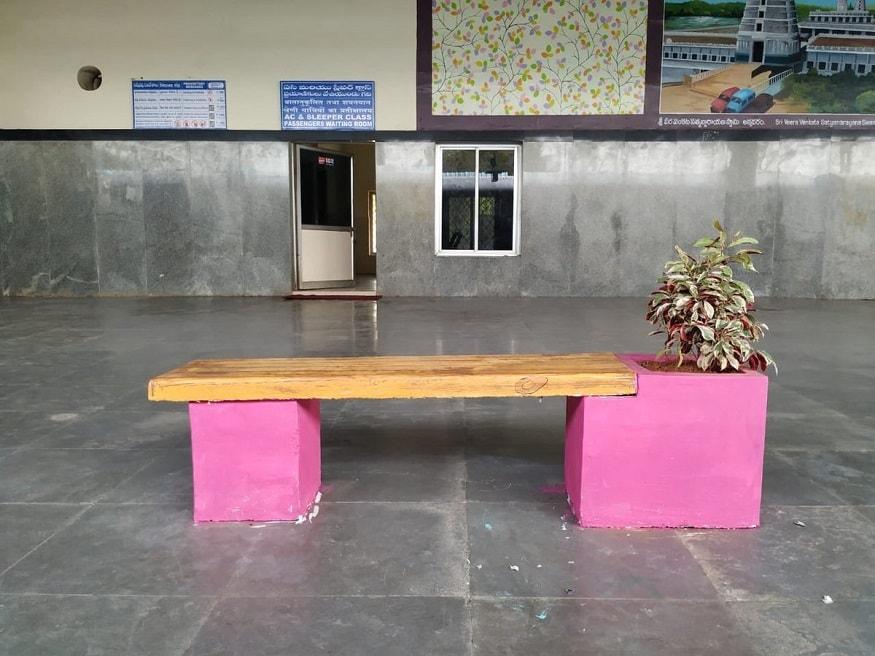2. రైల్వే స్టేషన్లలో ప్రయాణికులకు ప్రధానంగా ఉండే సమస్య... కూర్చోవడానికి సరిపడా చోటు లేకపోవడమే. కుర్చీలను ఏర్పాటు చేసినా అవి ప్రయాణికుల రద్దీకి ఏమాత్రం సరిపోవు. అందుకే ఇలా సింపుల్గా బెంచీలను ఏర్పాటు చేసింది భారతీయ రైల్వే. (image: Indian Railways)