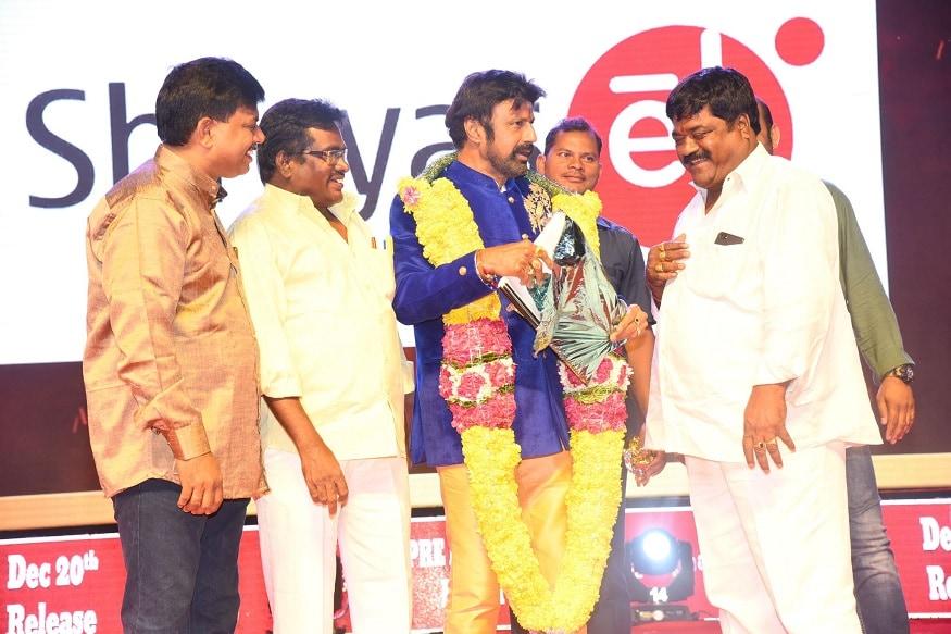 నందమూరి బాలకృష్ణ 'రూలర్' మూవీ ప్రీ రిలీజ్ ఈవెంట్లో బాలయ్య (twitter/Photo)