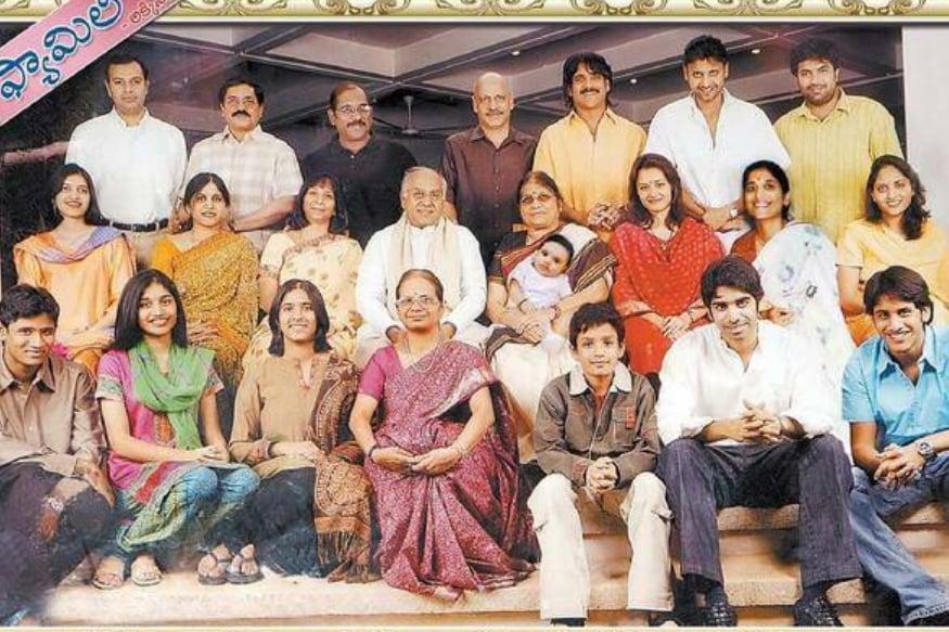 కుటుంబ సభ్యులతో అక్కినేని నాగేశ్వరరావు (Facebook/Photo)