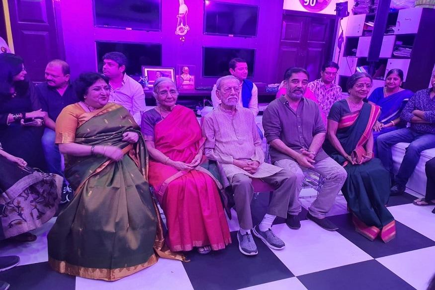 కమల్ హాసన్ కుటుంబ సభ్యులతో లతా రజినీకాంత్ (Twitter/Photo)
