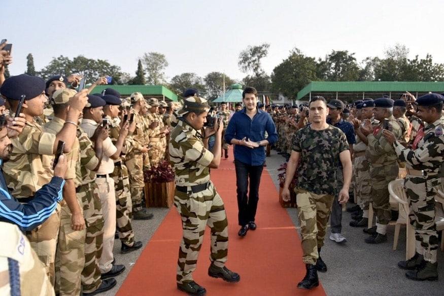 మన దేశ సైనికకులతో సూపర్ స్టార్ మహేష్ బాబు (Twitter/Photo)