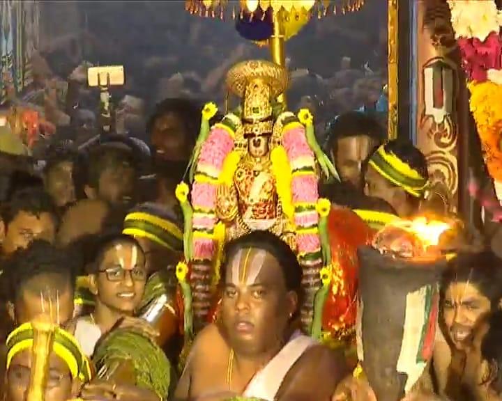 ఉత్తర ద్వారం వద్ద భక్తులకు దర్శనమిస్తున్న రంగనాథ స్వామి