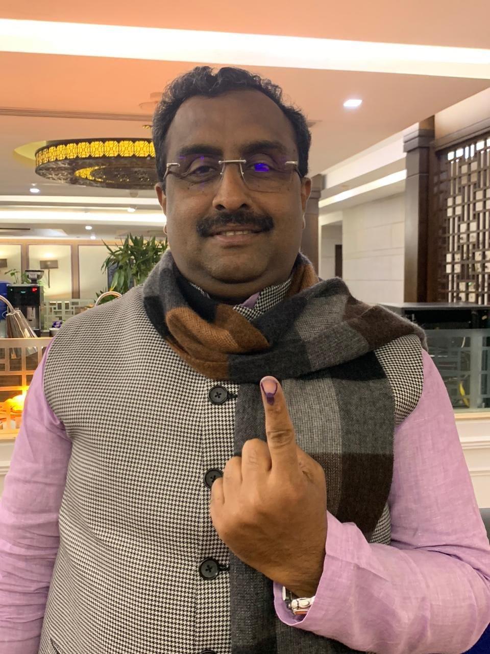 ఢిల్లీలో ఓటు హక్కు వినియోగించుకున్న బీజేపీ అగ్నేత రామ్ మాధవ్