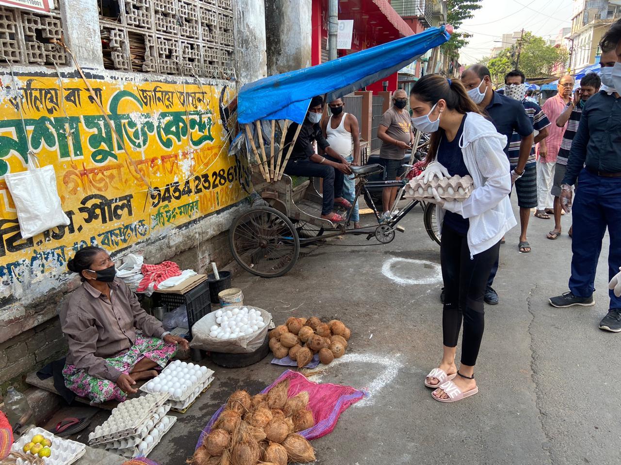 కోల్కతాలో సామాజిక దూరం పాటిస్తున్న ప్రజలు