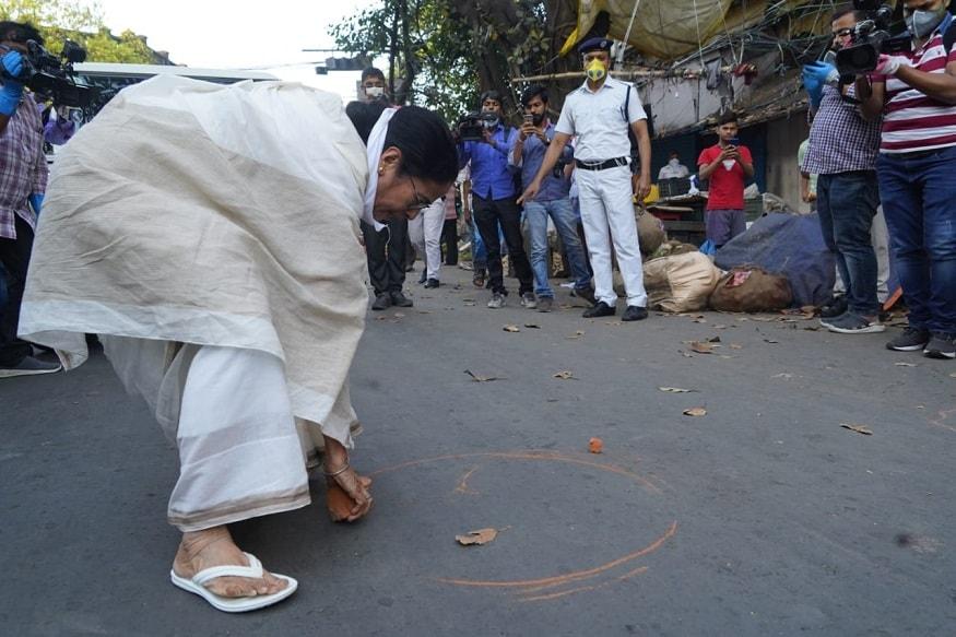 దీదీ స్టయిలే వేరు... ఓ సీఎం ఇలా చేయగలరా... | Mamata Banerjee draws circles infront of vegetable shop in kolkata regarding awareness on social distance on corona virus