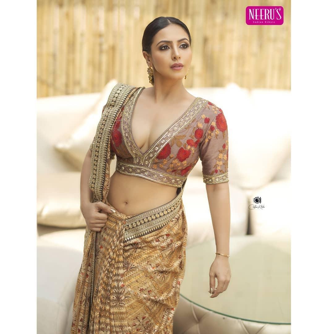 బిగ్బాస్ ఫేమ్ నందిని రాయ్ హాట్ ఫోటో షూట్ Photo : Instagram/nandini.rai