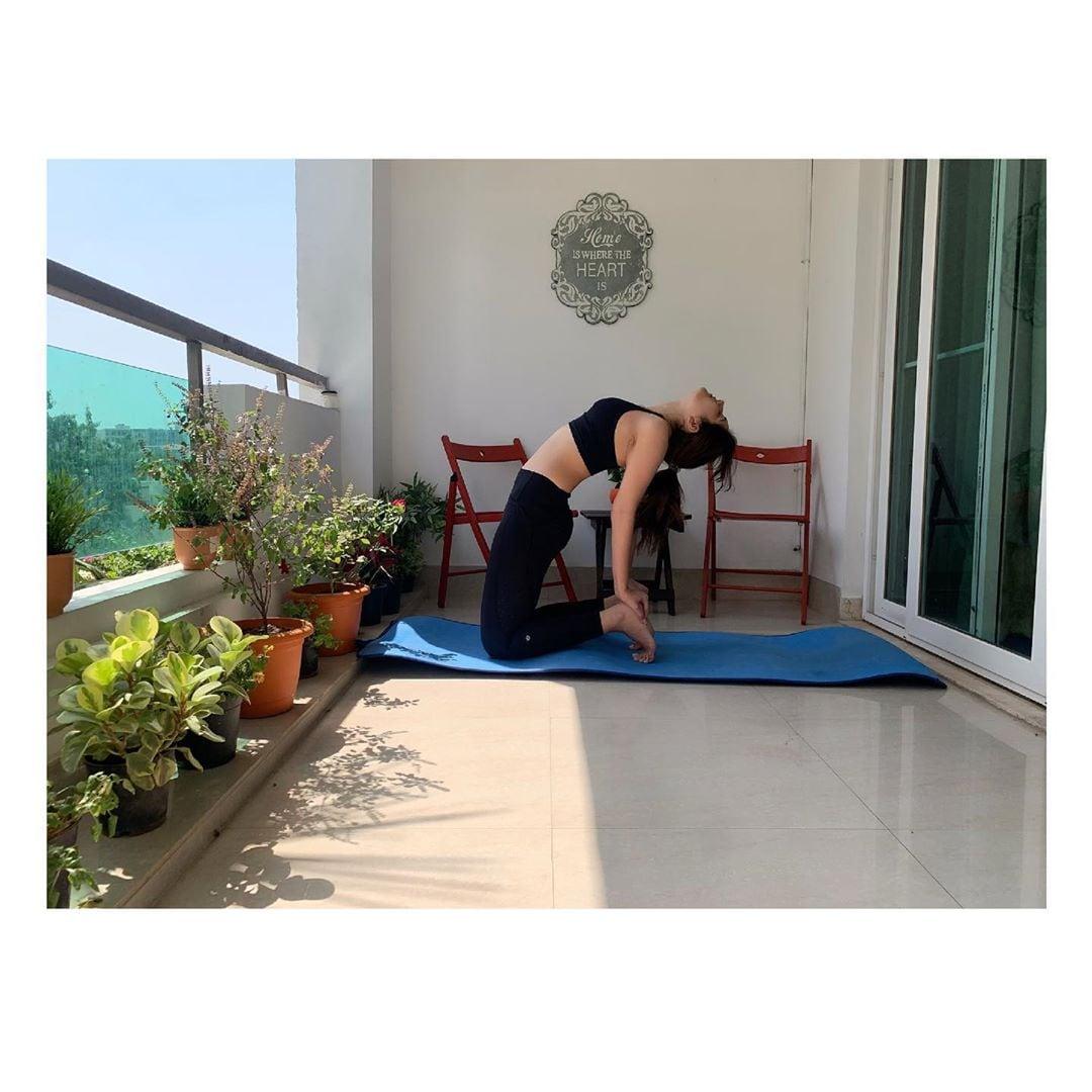 యోగా చేస్తోన్న రాశీ ఖన్నా.. Photo: Instagram