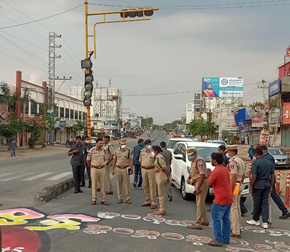 షాద్నగర్లో కరోనా రక్కసి పెయింటింగ్ వీక్షించిన సజ్జనార్
