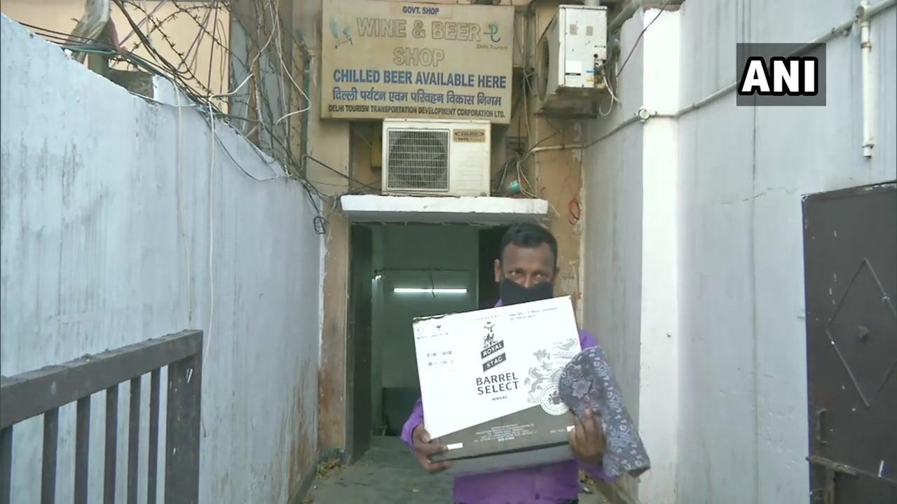 ఢిల్లీలో మందుబాబుల దృశ్యాలు (credit - twitter - ANI)