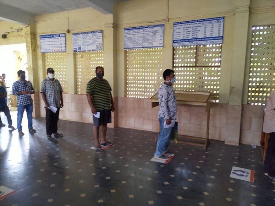 3. లాక్డౌన్ కారణంగా దాదాపు రెండు నెలలుగా రైల్వే కౌంటర్లు మూతపడ్డ సంగతి తెలిసిందే. రైల్వే సేవల్ని పాక్షికంగా పునరుద్ధరించడంతో రిజర్వేషన్ కౌంటర్లు తెరుచుకున్నాయి. (ప్రతీకాత్మక చిత్రం, image: Indian Railways)