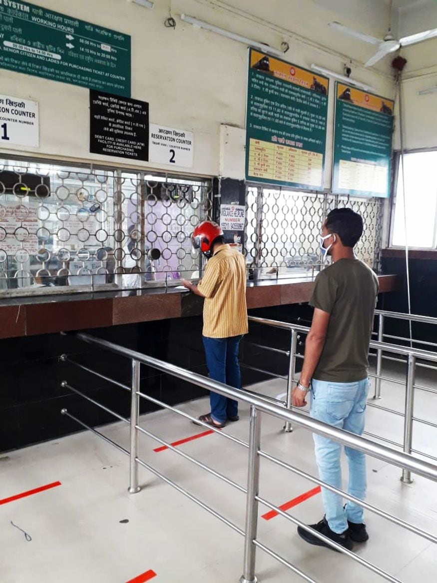13. రైల్వే రిజర్వేషన్ కౌంటర్ దగ్గర సోషల్ డిస్టెన్సింగ్ ఏర్పాట్లు. (ప్రతీకాత్మక చిత్రం, image: Indian Railways)