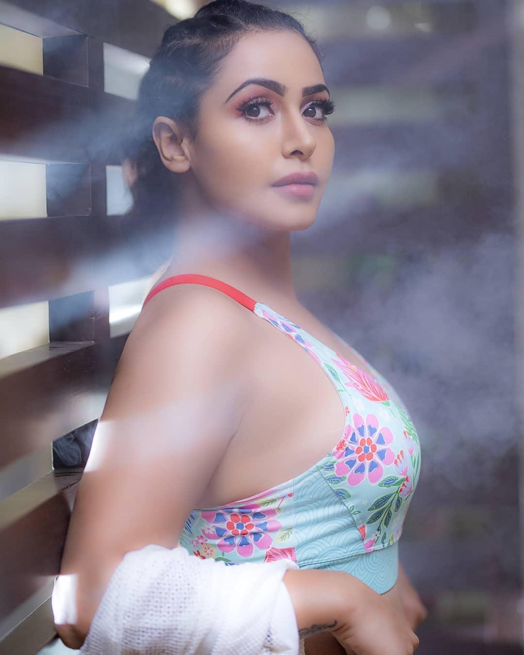 బిగ్బాస్ ఫేమ్ నందిని రాయ్ హాట్ ఫోటో షూట్ Photo : Instagram./nandini.rai