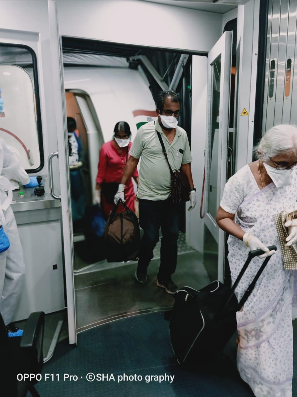 కౌలాలంపూర్ నుంచి వచ్చిన ప్రయాణికులు