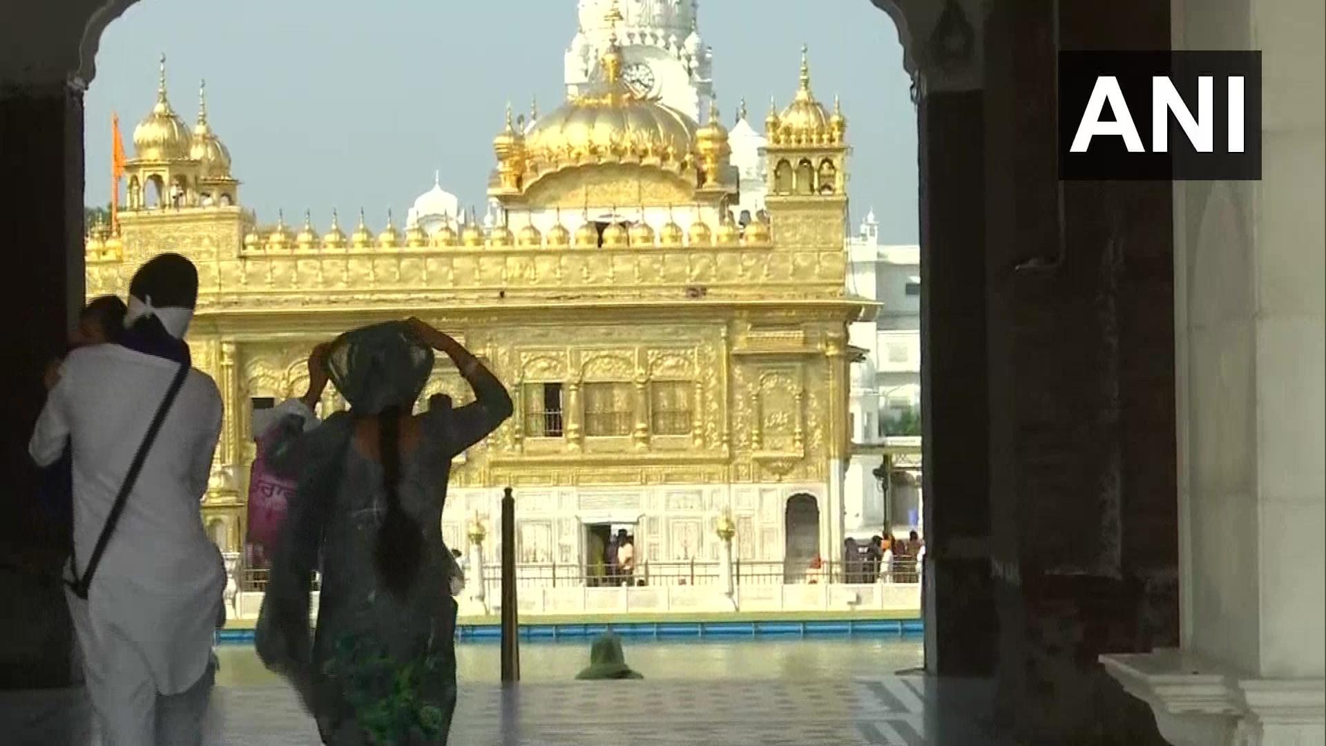 పంజాబ్... అమృత్సర్లో స్వర్ణ దేవాలయాన్ని దర్శించుకుంటున్న భక్తులు (credit - twitter - ANI)