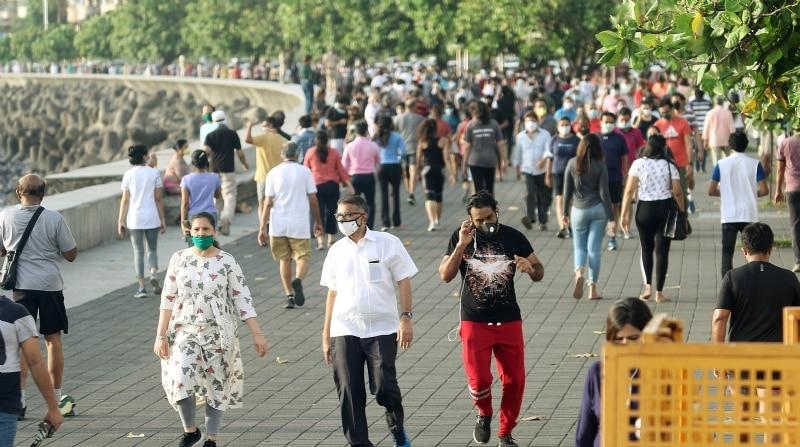 ముంబై మెరైన్ డ్రైవ్ దగ్గర ఆదివారం సోషల్ డిస్టాన్స్ మర్చిపోయిన ప్రజలు