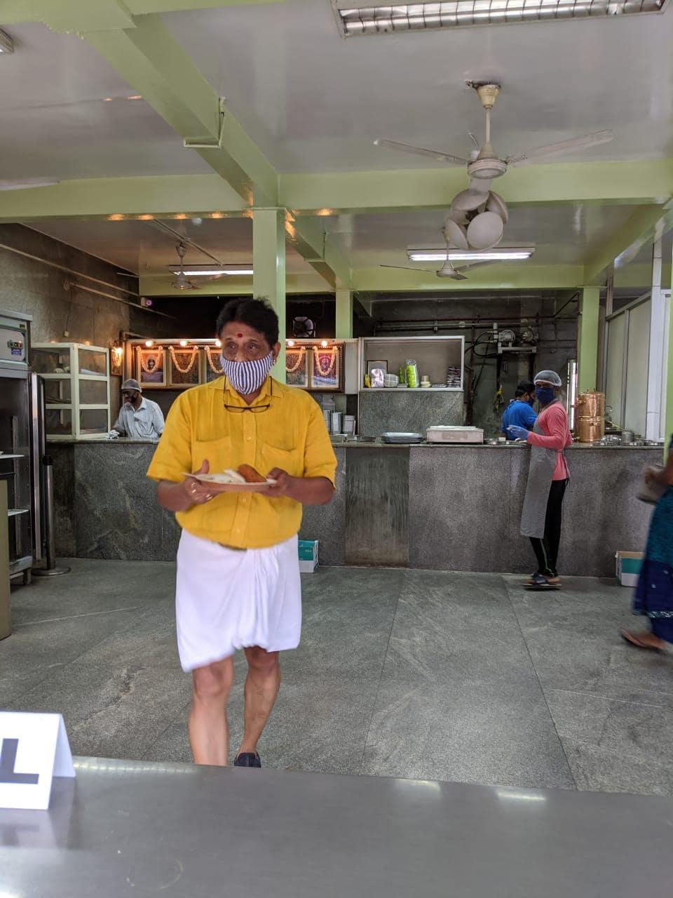 బెంగళూరులో బ్రాహ్మిన్స్ కాఫీ బార్ బయట కస్టమర్ల సందడి