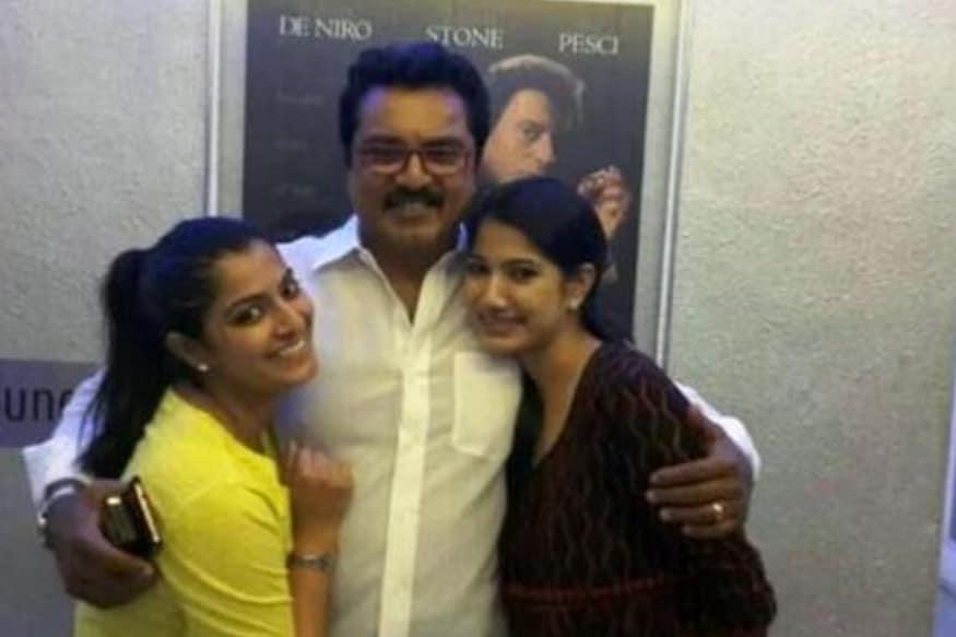 తమిళ స్టార్ నటుడు శరత్ కుమార్ ముద్దుల తనయ వరలక్ష్మి కూడా హీరోయిన్గా సత్తా చాటుతోంది. (Twitter/Photo)
