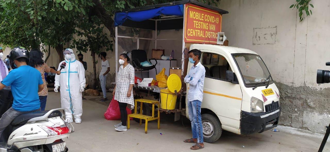 ఢిల్లీలో కరోనా కేసులు పెరుగుతుండటంతో పరీక్షలు ఎక్కువగా చేసేందుకు మొబైల్ కరోనా సెంటర్లను ఏర్పాటు చేసింది ఢిల్లీ ప్రభుత్వం.