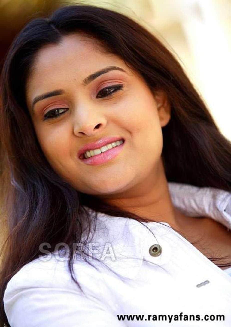 కన్నడ స్టార్ హీరోయిన్ రమ్య హాట్ ఫోటోస్.. (Source:News18 Kannada)