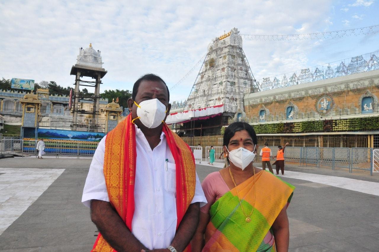 మరోవైపు తాజాగా టీటీడీ పాలకమండలి సభ్యుడు కుమర గురుకు కరోనా పాజిటివ్ నిర్ధారణ అయింది.