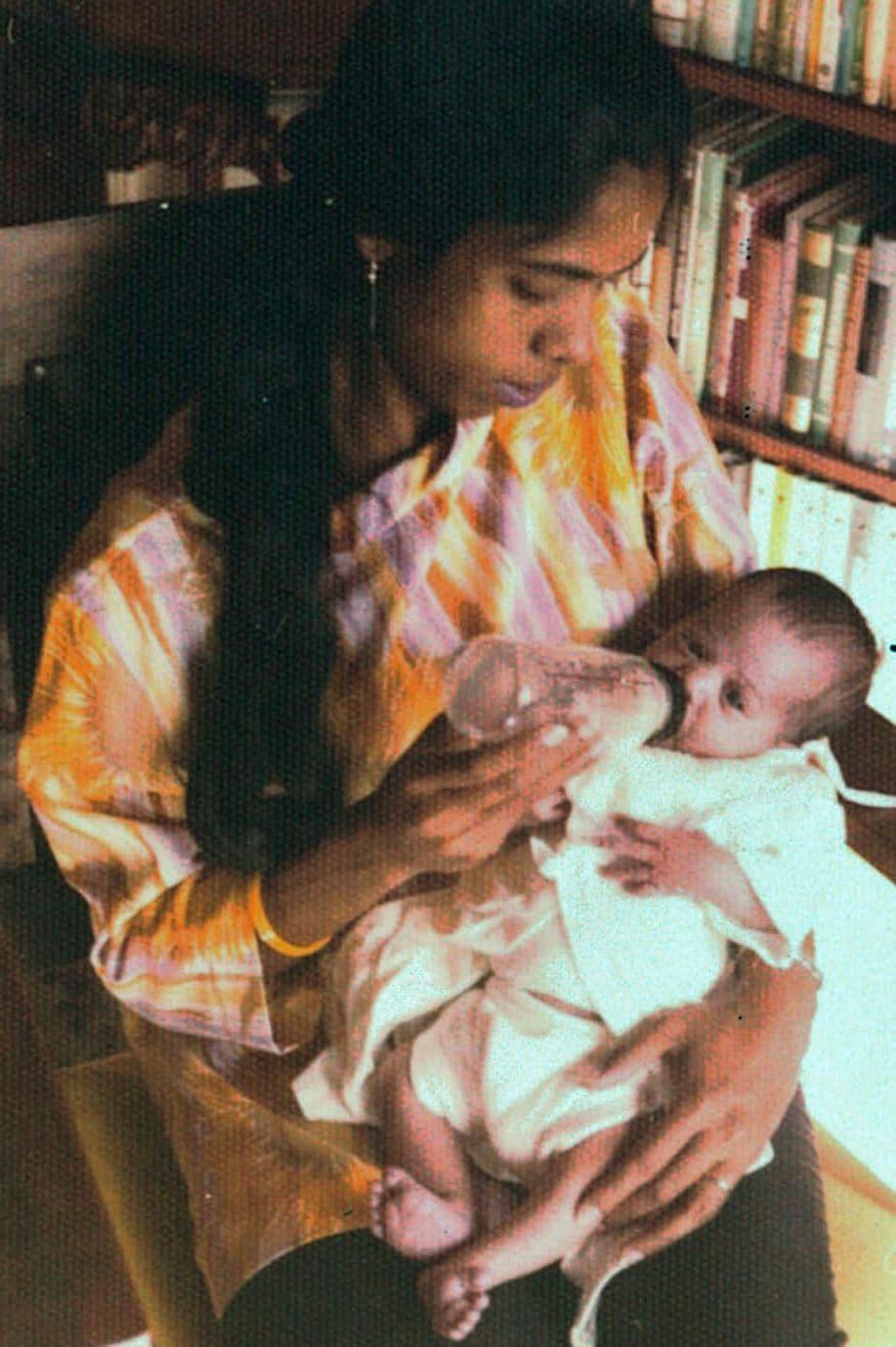 తల్లి శ్యామలా గోపాలన్తో పసికందుగా ఉన్న కమలా హారిస్. (Kamala Harris campaign via AP)