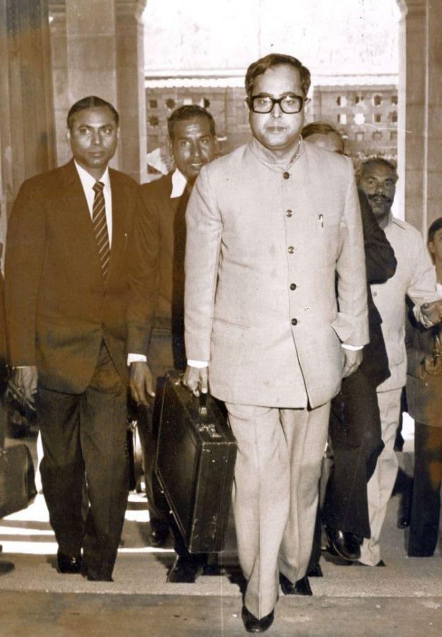 1984: పార్లమెంట్ ప్రసంగించేందుకు వెళ్తున్న ప్రణబ్ ముఖర్జీ