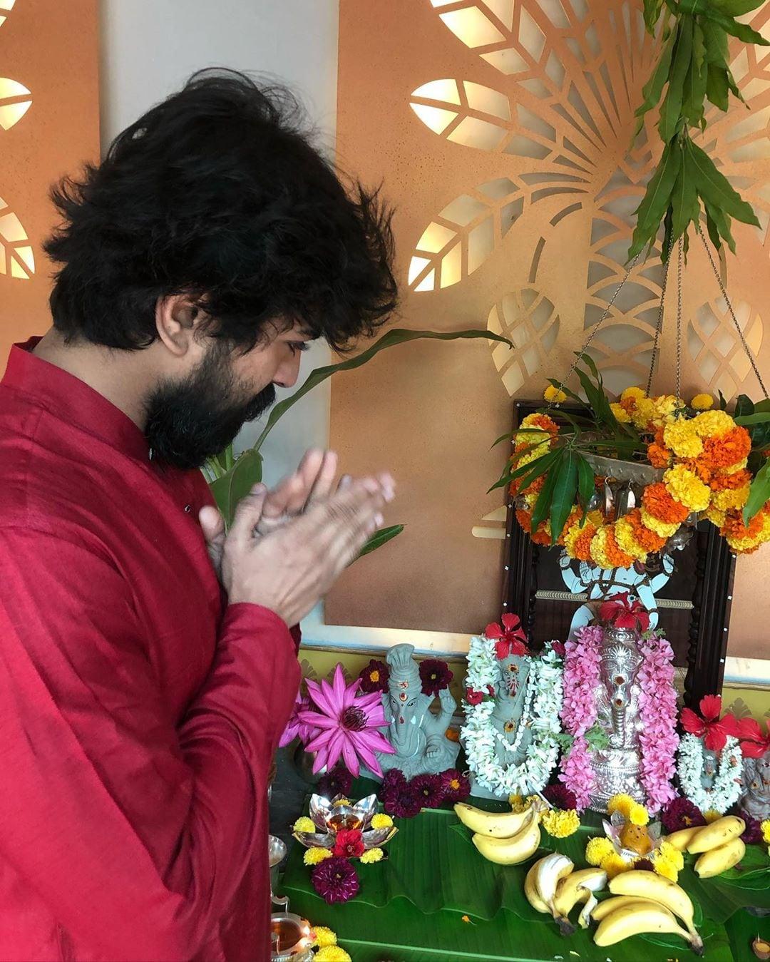 వినాయకుడికి నమస్కారం చేస్తోన్న రామ్ చరణ్ (Instagram/Photo)