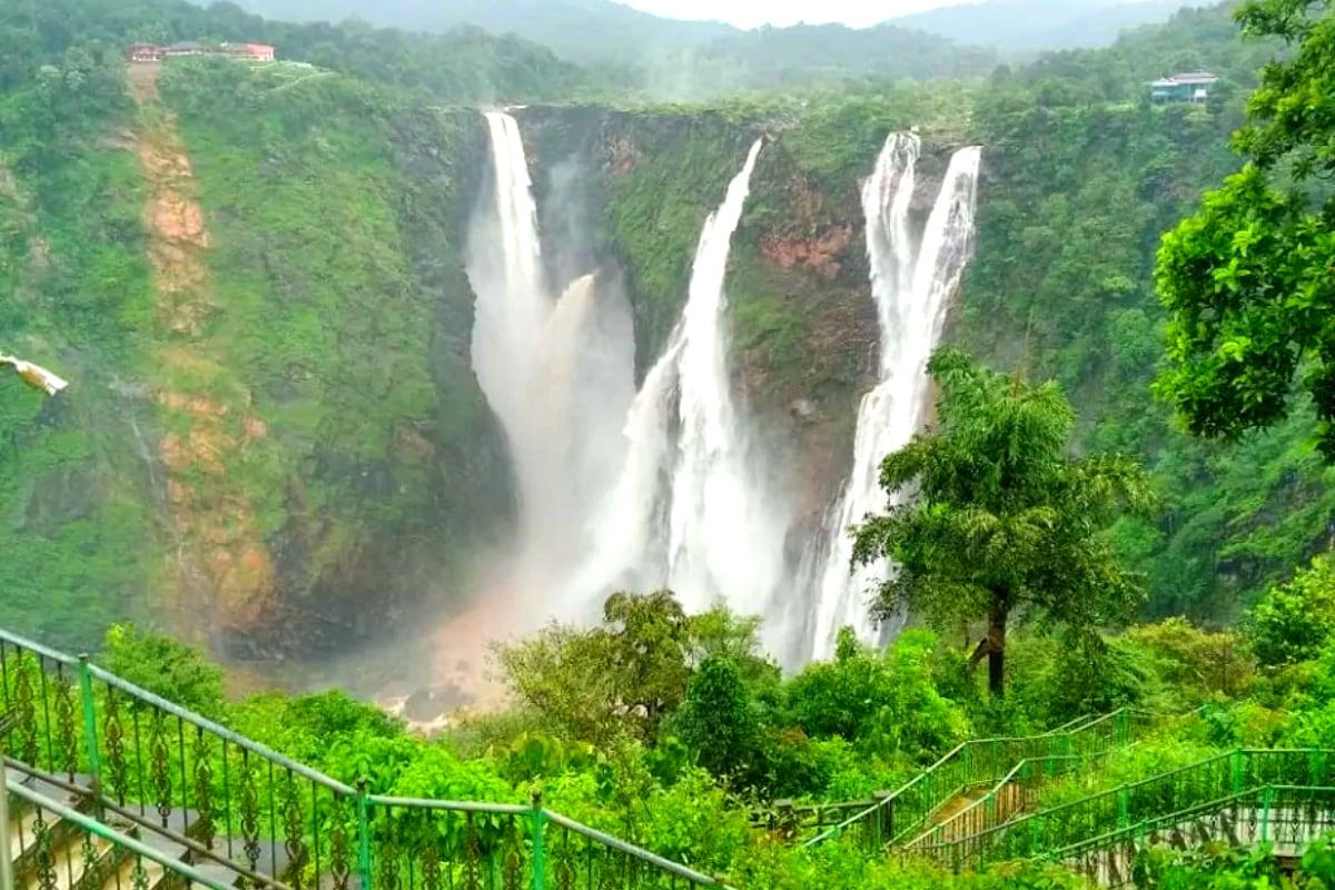 Jog Falls : పై నుంచి భారీగా వరద నీరు వస్తుండటంతో... కర్ణాటక... షిమోగా జిల్లాలోని జోగ్ జలపాతం జోరుగా ప్రవహిస్తోంది.