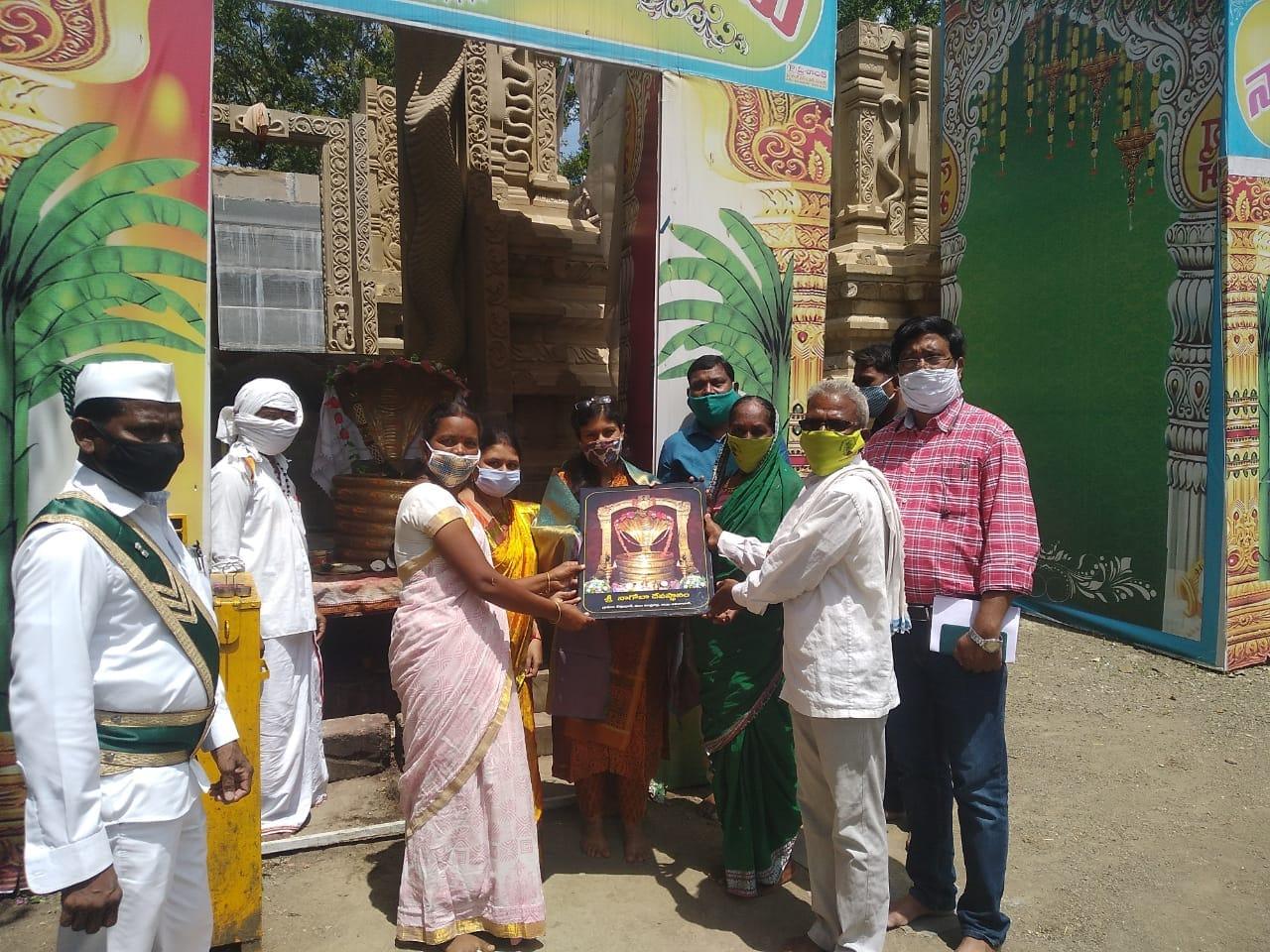 అంతకు ముందు గిరిజనుల ఆరాధ్య దైవం నాగోబా ఆలయాన్ని సిక్తా పట్నాయక్ దర్శించుకొని ప్రత్యేక పూజలు చేశారు. నాగోబా దేవతకు పూజా కార్యక్రమాలు నిర్వహించారు.