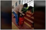 ఖాళీ గ్యాస్ సిలిండర్లో దాచి మద్యం అక్రమ రవాణా...వైరల్ వీడియో