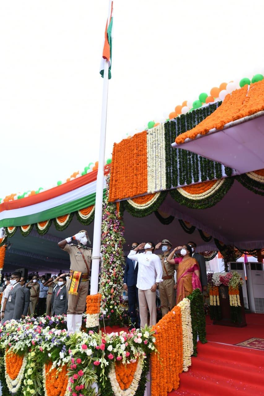 జెండా వందనం చేస్తున్న సీఎం జగన్ మోహన్ రెడ్డి