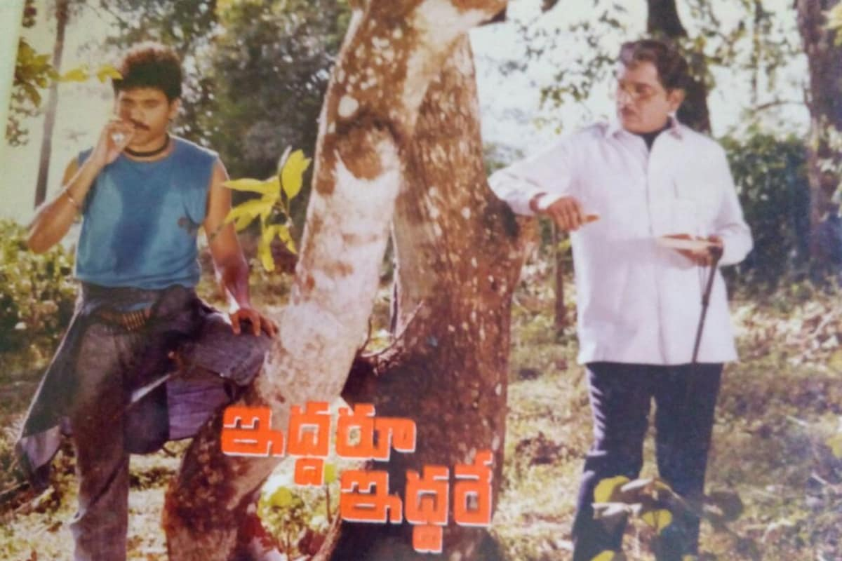 ఇద్దరూ ఇద్దరే చిత్ర షూటింగ్ సమయంలో తండ్రి నాగేశ్వరరావుతో నాగార్జున (Twitter/Photo)