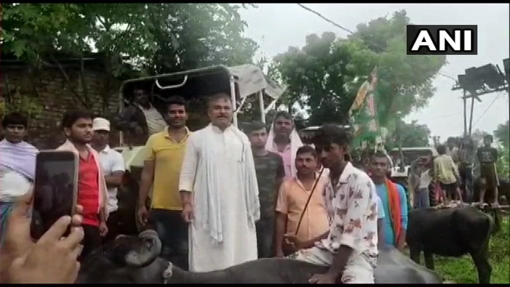 దర్భంగా (బీహార్)లో గేదెలను రైడ్ చేస్తూ రైతుల నిరసన (Image:ANI)