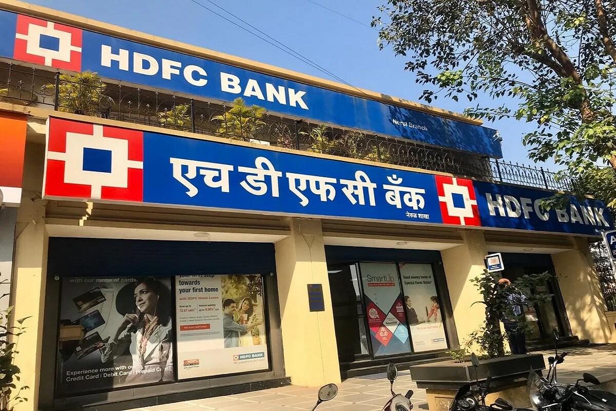(6) HDFC Bank - హెచ్డీఎఫ్సీ బ్యాంక్... బేసిక్ సేవింగ్స్ బ్యాంక్ డిపాజిట్ అకౌంట్ ఇస్తోంది. ఇందులో కూడా మీరు మినిమం బ్యాలెన్స్ ఉంచాల్సిన పనిలేదు. కస్టమర్లు ATM సేవలు పొందగలరు. డెబిట్ కార్డు, ఫ్రీ పాస్బుక్, ఫ్రీ డిపాజిట్, ఫ్రీ విత్ డ్రా, చెక్ బుక్, ఈమెయిల్ స్టేట్మెంట్, డిమాండ్ డ్రాఫ్ట్ సదుపాయాలుంటాయి. నెట్ బ్యాకింగ్, ఫోన్ బ్యాంకింగ్, మొబైల్ బ్యాంకింగ్ కూడా చేసుకోవచ్చు. ATMల ద్వారా నెలకు 4సార్లు మాత్రమే ఉచితంగా క్యాష్ విత్ డ్రా చేసుకునే సదుపాయం ఉంది. ఈ అకౌంట్లో మీరు 3 నుంచి 3.5 శాతం వడ్డీ పొందగలరు.