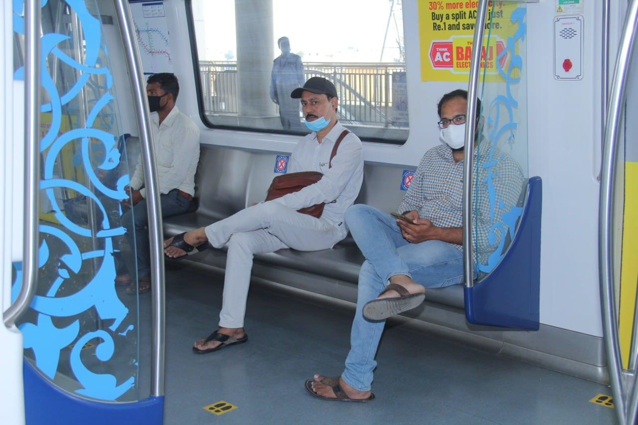 దశలవారీగా తన సర్వీసులను పునరుద్ధరిస్తున్న హైదరాబాద్ మెట్రో... నేడు అన్ని కారిడార్లలో తన సర్వీసులను నడిపింది.