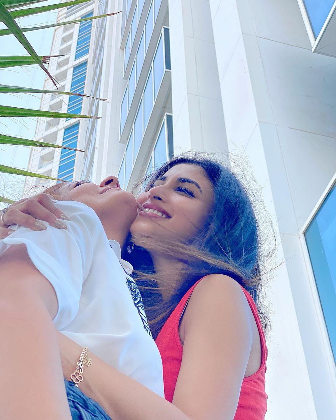 నటి మౌని రాయ్ లేటెస్ట్ పిక్స్ (Instagram/Photo)