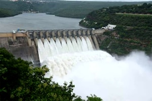 Srisailam Dam: శ్రీశైలం డ్యామ్ 10 గేట్లు ఎత్తివేత.. క్యూకట్టిన పర్యాటకులు