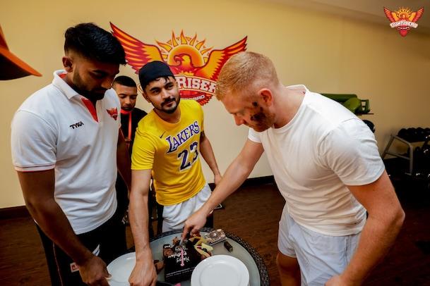 IPL 2020, KKR vs SRH: సన్ రైజర్స్ టీమ్లో బర్త్ డే సెలబ్రేషన్స్, ఎవరిదంటే