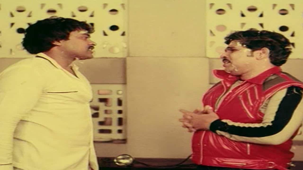 అల్లు అరవింద్.. చిరంజీవి నటించిన 'చంటబ్బాయ్', 'మహానగరంలో మాయగాడు', 'హీరో' వంటి పలు చిత్రాల్లో చిరుతో నటుడిగా స్క్రీన్ షేర్ చేసుకున్నాడు. (Youtube/Credit)