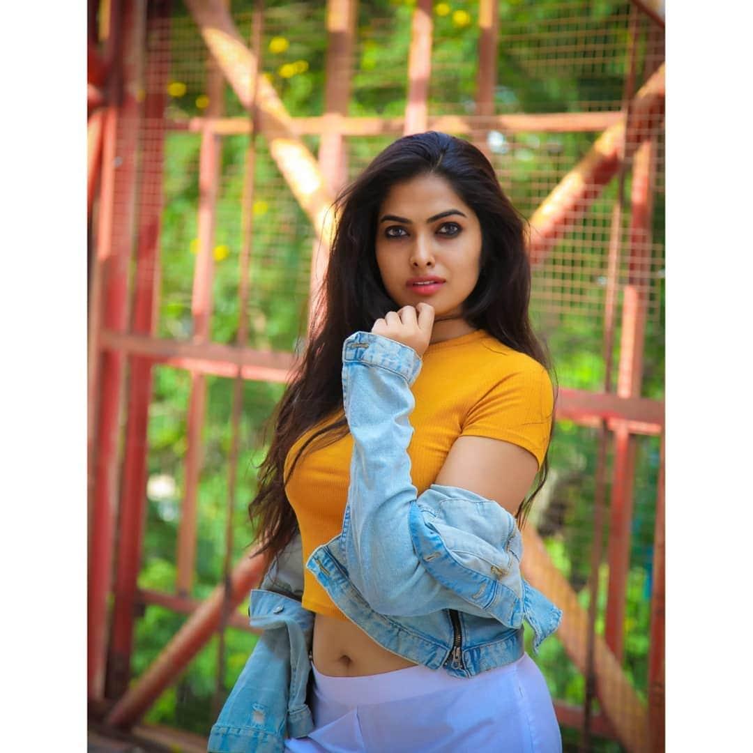 యెల్లో డ్రెస్లో మెరిసిపోతున్న బిగ్ బాస్ 4 బ్యూటీ దివి వాద్త్యా (Divi Vadthya/Instagram
