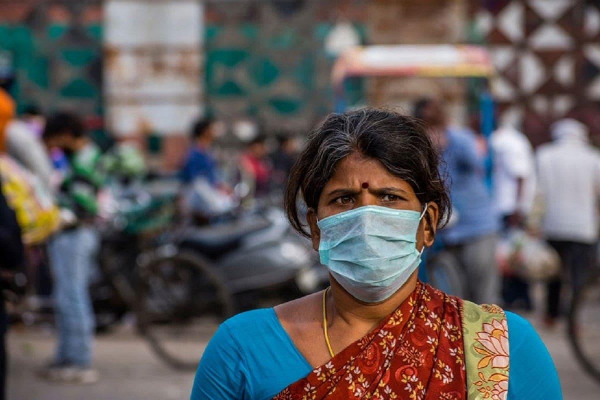 మార్చిలో జరిగిన కెనడా పోల్ లో కేవలం 30 శాతం మంది పురుషులు కరోనాపై ఆందోళన చెందుతుండగా, మహిళల విషయానికి వస్తే వీరి సంఖ్య 49 శాతంగా ఉందని తేలింది. ఈ పోల్ ప్రకారం 37% మంది పురుషులు, ప్రభుత్వ ఆంక్షలు లేకుంటే సాధారణ రోజువారీ కార్యకలాపాలకు తిరిగి రావడానికి సిద్ధంగా ఉన్నామని చెప్పారు. అదే మహిళల విషయానికొస్తే కేవలం 24% మంది మాత్రమే తాము కార్యాలయాలకు రావడానికి సిద్ధంగా ఉన్నామని చెప్పారు. ప్రస్తుతం అందుబాటులో ఉన్న మెడికల్ డేటా ప్రకారం కోవిడ్-19 మహిళల కన్నా పురుషులకే ఎక్కువ ప్రాణాంతకమని గణాంకాలు వెల్లడిస్తున్నప్పటికీ మహిళల్లో ఆందోళన ఎక్కువగా ఉండటం ఆశ్చర్యకరంగా ఉందని శాస్త్రవేత్తలు చెబుతున్నారు.