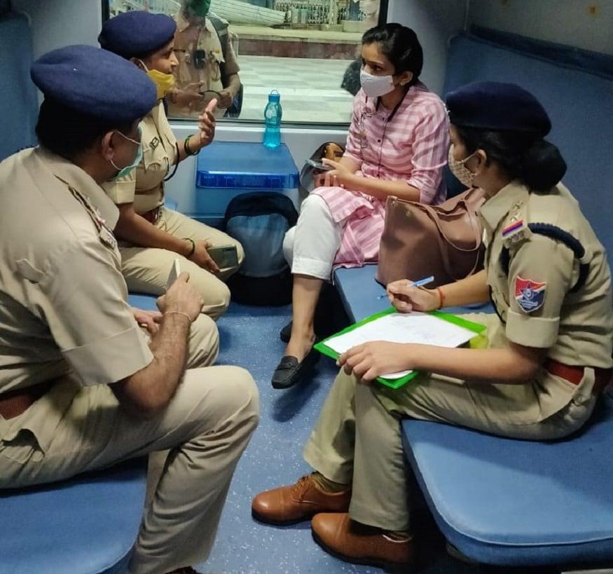 4. ఆర్పీఎఫ్ పోలీసులు మహిళలు ప్రయాణిస్తున్న సీటు నెంబర్లు తెలుసుకొని వారిని కలిసి మాట్లాడుతున్నారు. ప్లాట్ఫామ్పైన ఉంటే ఆర్పీఎఫ్ పోలీసులతో పాటు రైళ్లలో కూడా ఆర్పీఎఫ్ ఎస్కార్ట్ సిబ్బంది సేవలందిస్తున్నారు. (image: Indian Railways)