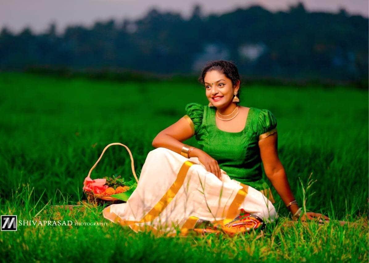 ఉదయాన్నే అయితే చక్కగా సీరియల్ చూసేసి ఆఫీసులకు వెళ్లే పని ఉంటే వెళ్లిపోవచ్చని అంటున్నారు. (Karthika Deepam Fame Premi Vishwanath)