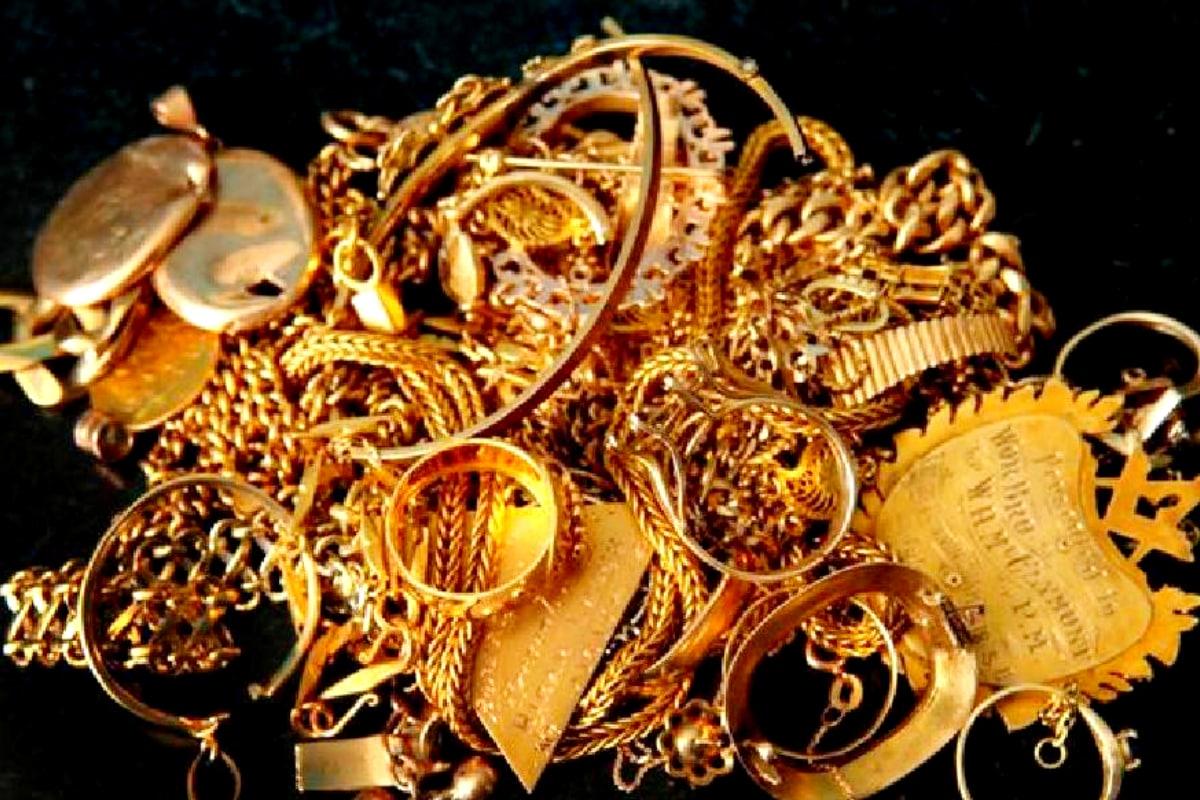 Gold and Silver Price Today: సెప్టెంబర్ 24 నుంచి పెరుగుతూ వచ్చిన బంగారం, వెండి ధరలు... అక్టోబర్ 12 నుంచి క్రమంగా తగ్గుతున్నాయి. మధ్య మధ్యలో అప్పుడప్పుడూ ధర పెరుగుతున్నా... ఓవరాల్ ట్రెండ్ మాత్రం డౌన్ ఉంది. అయితే... ఇది ఇలాగే కొనసాగుతుందా... బంగారం, వెండి ధరలు మరింత తగ్గుతాయా అంటే అంచనా వెయ్యలేని పరిస్థితి ఉంది. దీనిపై అంతర్జాతీయ అంశాల ప్రభావం బాగా పడుతోంది. ప్రధానంగా అమెరికా అధ్యక్ష ఎన్నికల్లో ఈసారి జో బిడెన్ గెలుస్తారనే అంచనాలున్నాయి. ఆయన గెలిస్తే... అమెరికాకు ప్రాధాన్యం తగ్గుతుందనీ, ఇండియా లాంటి ఇతర దేశాలకు ప్రాధాన్యం పెరుగుతుందనే అభిప్రాయం ఉండటంతో... డాలర్ పడిపోతుందా, బలపడుతుందా అనే సందేహం పెట్టుబడిదారుల్లో ఉంది. అందువల్ల బంగారానికి డిమాండ్ పెరుగుతూ, తగ్గుతూ... అనిశ్చితి ఉంది.