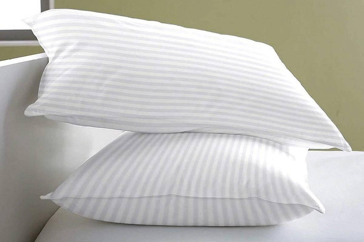 Pillows: ఇళ్లలో అదనంగా ఉండే దిండులను చాలా మంది డెకరేషన్ కోసం వాడుతారు. కానీ... తలగడలు కూడా సెక్సువల్ అనుభవం కలిగిస్తాయని నిపుణులు చెబుతున్నారు. తలగడలు, టవల్స్, చిన్నపాటి బ్రష్ల వంటివి కూడా స్వయంతృప్తి లేదా హస్త ప్రయోగం (Masturbation) కోసం పనికొస్తాయంటున్నారు. అవి కూడా ఎంతో ఆనందాన్ని ఇస్తాయని చెబుతున్నారు.