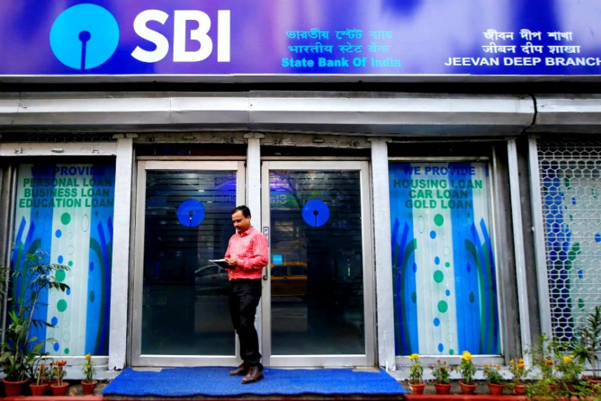 స్టేట్ బ్యాంక్ ఆఫ్ ఇండియా (State Bank of India): అతిపెద్ద ప్రభుత్వ రంగ సంస్థ SBI.... రూ.30 లక్షల వరకు తీసుకునే హోమ్ లోన్స్పై 6.90 శాతం వడ్డీరేటుని అమలు చేస్తోంది. రూ.30 లక్షలకు మించి తీసుకునే రుణాలపై 7 శాతం వడ్డీ రేటు అమల్లో ఉంటుంది. అలాగే రూ.75 లక్షలకు మించి తీసుకునే గృహ రుణాలపై కస్టమర్లు 25 BPSల అదనపు రాయితీని పొందుతారు.