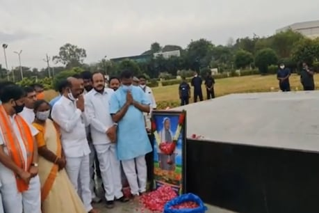 GHMC Elections: పీవీ ఘాట్, ఎన్టీఆర్ ఘాట్ వద్ద బండి సంజయ్ నివాళులు.. ఎన్టీఆర్కు భారతరత్న ఇవ్వాలని కేంద్రాన్ని కోరతాం