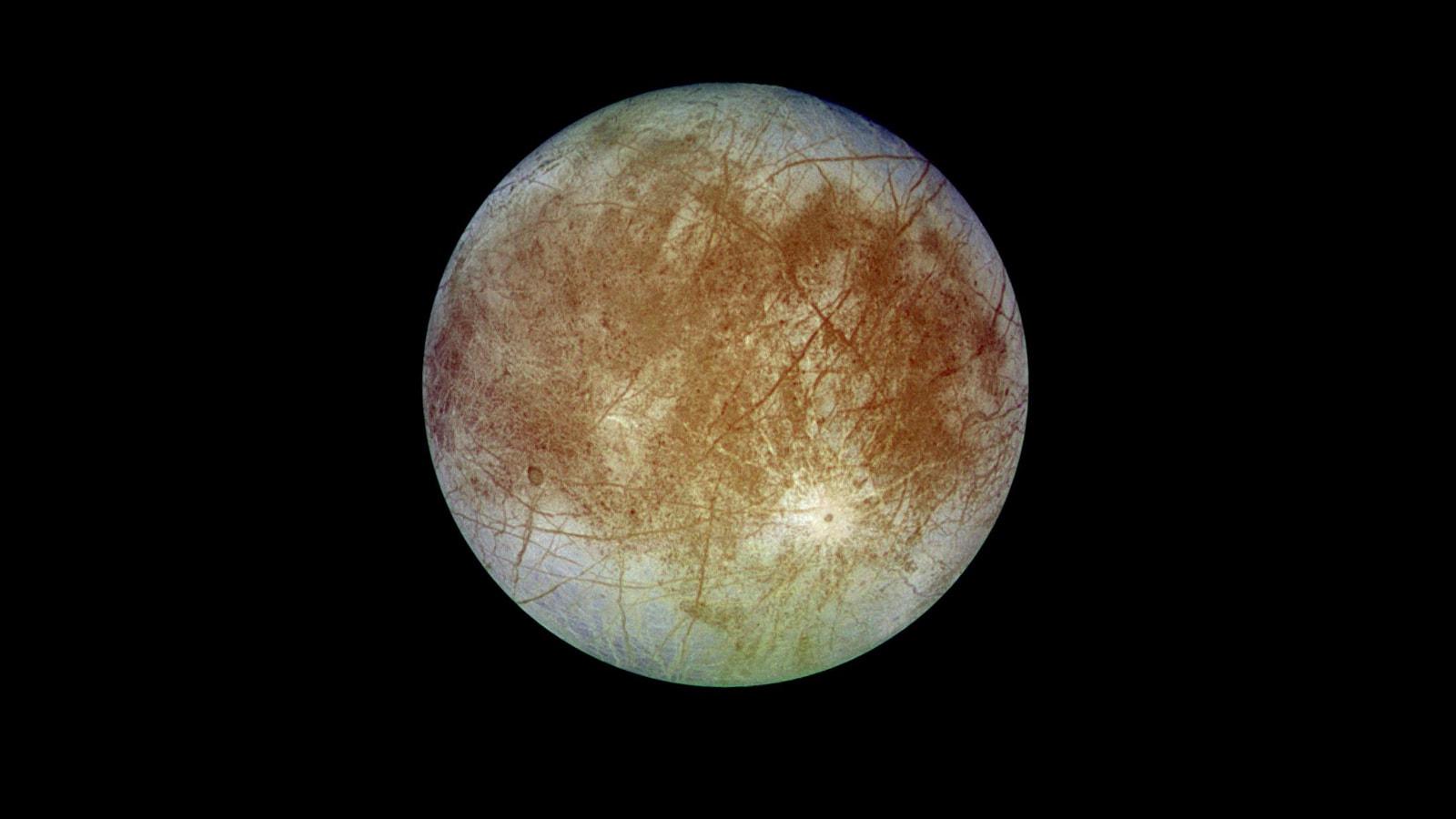 Europa: గ్రహాల్లో పెద్ద గ్రహమైన గురుగ్రహం (Jupiter)కి ఉపగ్రహం ఈ యూరోపా. జూపిటర్కి ఉండే నాలుగు పెద్ద గ్రహాల్లో ఇదొకటి. దీన్ని 1610లో గెలీలియో గెలీలీ కనిపెట్టాడు. ఇది చందమామ కంటే కాస్త చిన్నగా ఉంటుంది. ఇది 3.5 రోజులకు ఓసారి జూపిటర్ చుట్టూ తిరుగుతుంది. ఈ గ్రహంపై ఆల్రెడీ జీవం ఉందని నాసా నమ్ముతోంది. ఎందుకంటే... ఇది అచ్చం భూమి లాంటి లక్షణాలతోనే ఉంది. గ్రహ ఉపరితలం మొత్తం మంచుతో ఉంది. అదంతా నీరే. ఈ మంచులోపల నీటి సముద్రం ఉండొచ్చని భావిస్తున్నారు శాస్త్రవేత్తలు. ఆ సముద్రంలో జీవులు ఉండి ఉండొచ్చనే అంచనా ఉంది. ఆ దిశగా పరిశోధనలు జరుగుతున్నాయి. (image credit - NASA)