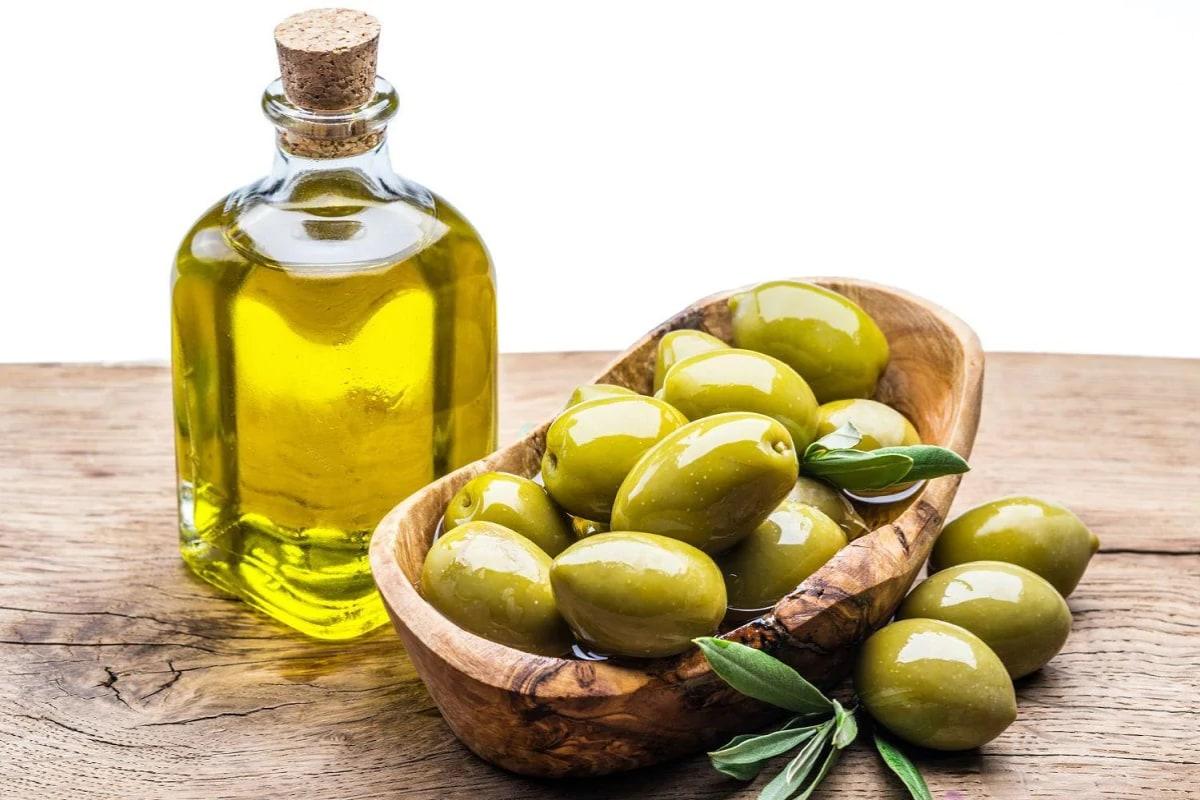 Olive Oil: మీరు ఆలివ్ నూనెను వాడుతూ ఉంటే... మీ కళ్లు మరింత అందంగా మారిపోతాయి. కనుగుడ్లలో సాఫ్ట్ షేడ్ వస్తుంది. ఆలివ్ నూనెలోని లినోలెనిక్ యాసిడ్ ఈ మార్పును తెస్తుంది.